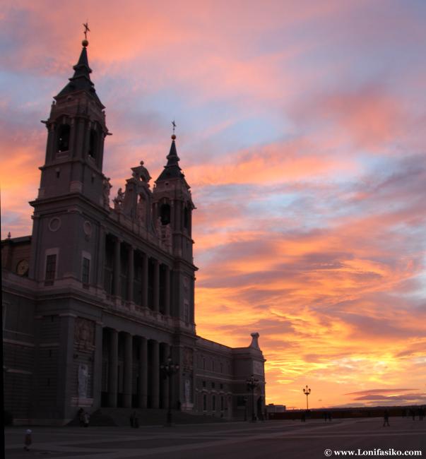 Atardecer desde la explanada de la Catedral de La Almudena de Madrid