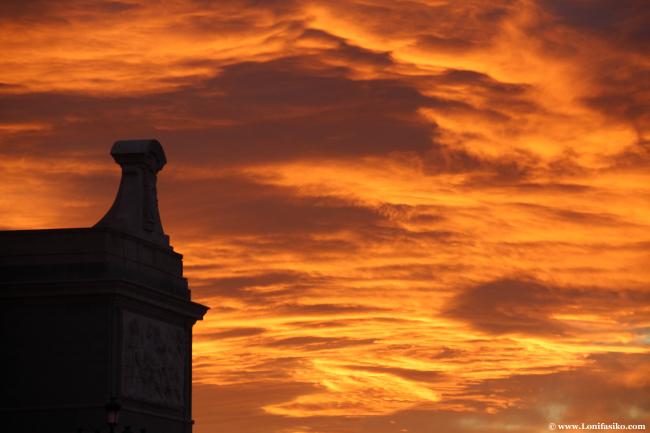 Símbolos religiosos que conectan con el atardecer en Madrid