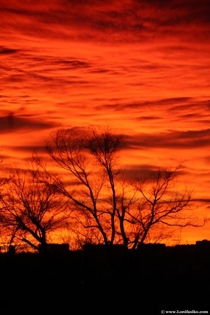 El cielo de Madrid arde al atardecer