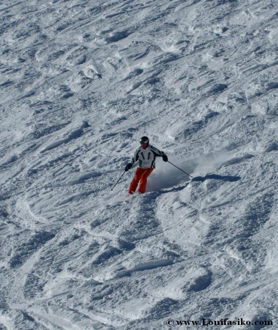 Practicando esquí fuera pista, freeride, en Axamer Lizum