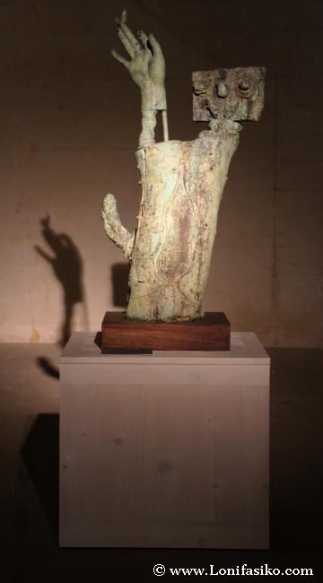 Escultura surrealista de Joan Miró, con curiosas sombras proyectadas