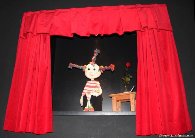 Mariona, la marioneta mascota de Topic, da la bienvenida a los visitantes