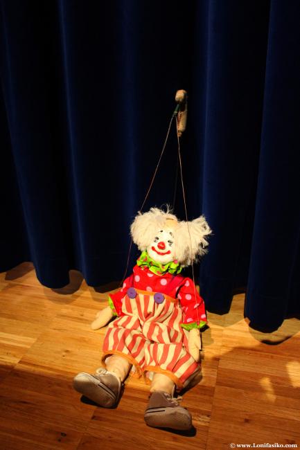 Marioneta esperando su turno para salir a escena, entre bambalinas