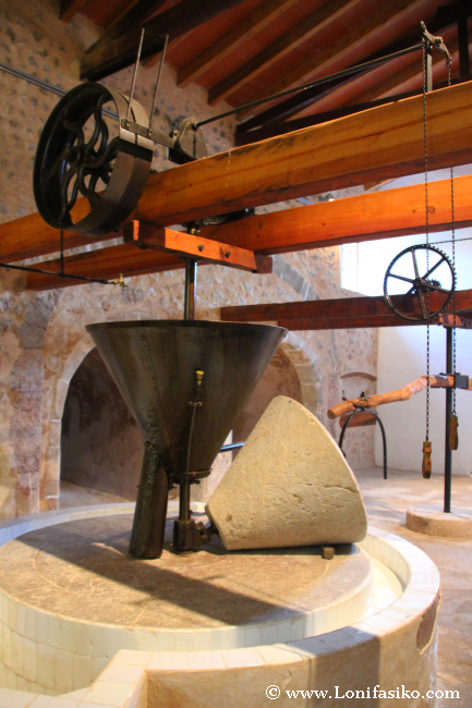Muela montada en el molino de la almazara de Es Galatzó