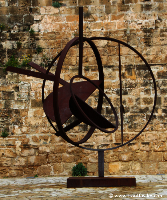 Escultura en la parte de fuera del museo Es Baluard