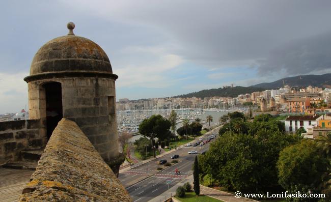 Vistas de la ciudad y bahía de Palma desde la terraza del museo Es Baluard