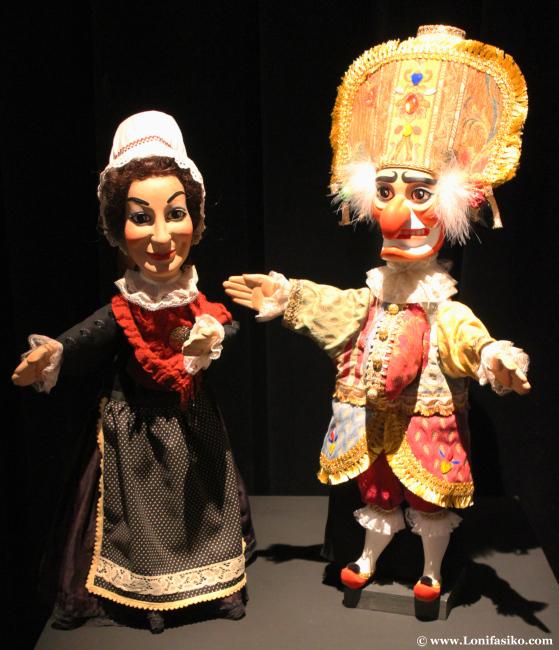 Pareja de marionetas de una exposición temporal en Topic de Tolosa