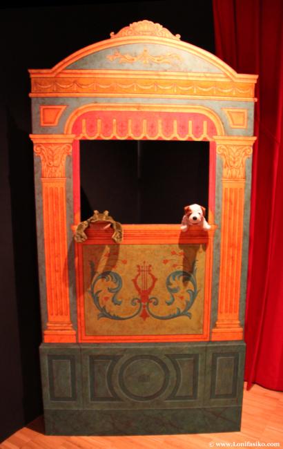Teatro para ensayar con marioneta en el centro Topic de Tolosa