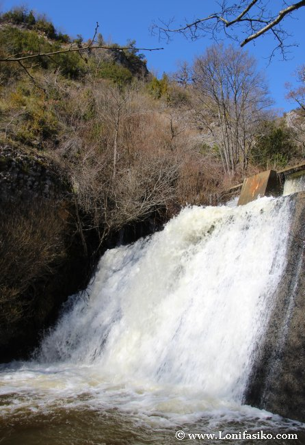 Desembalsando agua en la presa de Aranbaltza