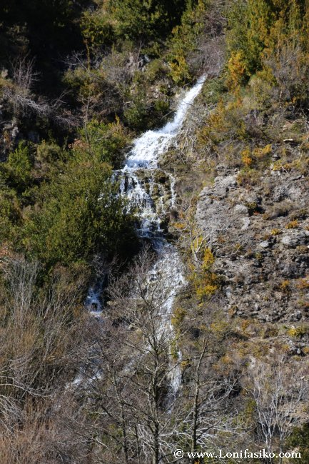 Cascada sobre la presa de Aranbaltza, en Izki
