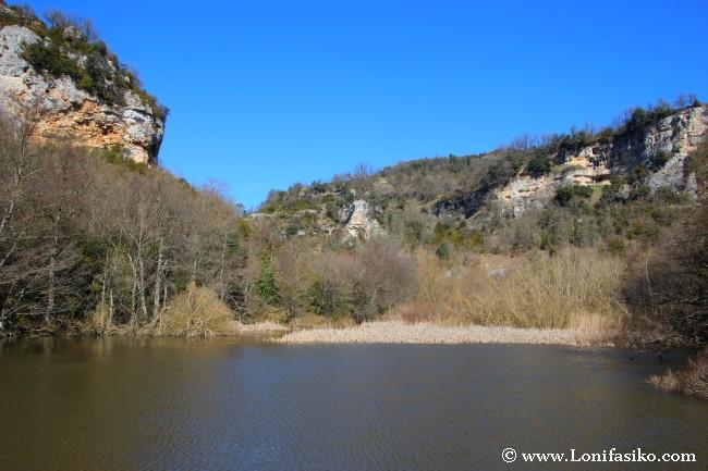 Remanso de agua en la presa de Aranbaltza