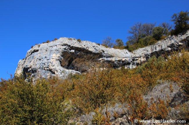 La senda Bujanda-Korres discurre entre farallones rocosos