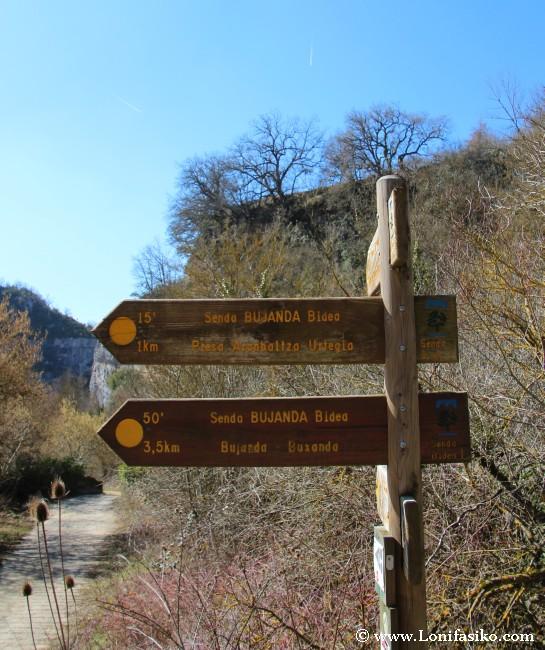 Desvío hacia senda Bujanda, excelente señalización en el Parque Natural de Izki
