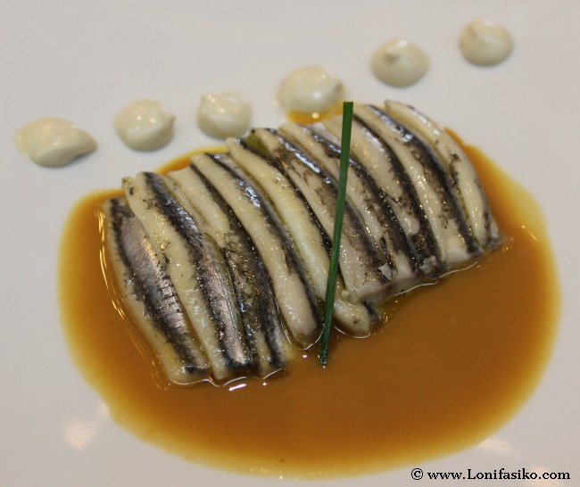 Anchoas marinadas sobre estofado de pieles de bacalao, praliné y salazón