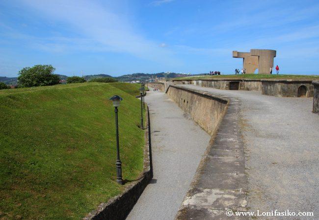 Antiguos bunkers y espacio militar ahora reconvertido en zona de asueto