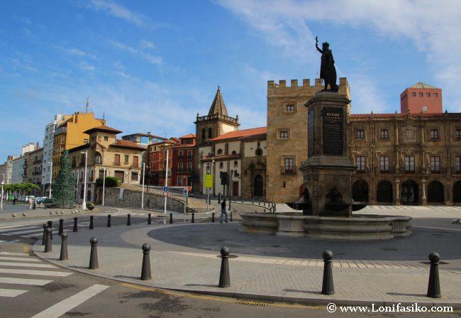 Escultura homenaje a Don Pelayo, primer rey de Asturias