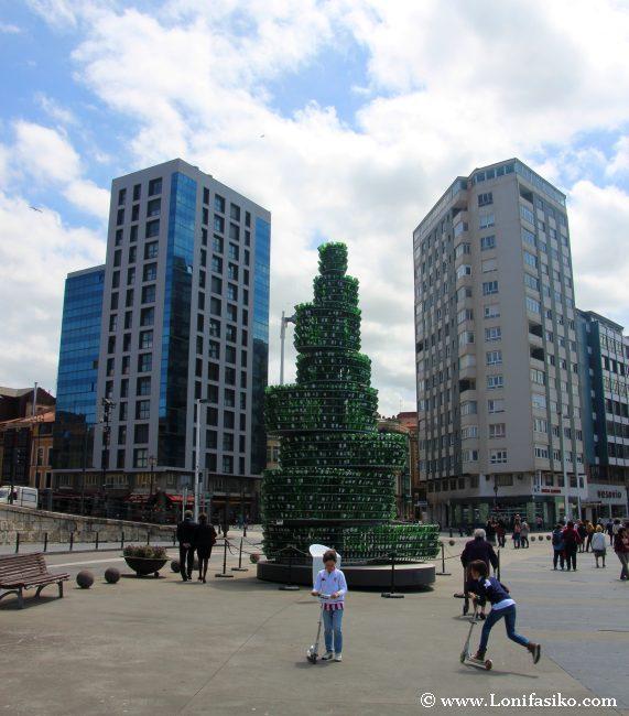 Escultura realizada con cientos de botellas de sidra, ejemplo de reciclaje