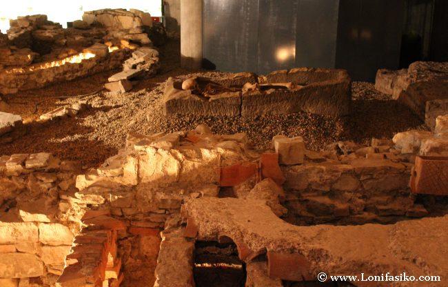 Esqueleto encontrado en la necrópolis en la que fueron convertidas las termas romanas
