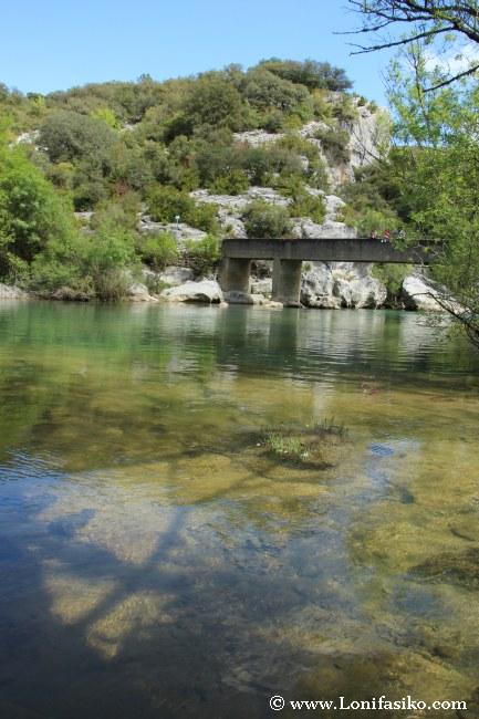 Puente y aguas cristalinas del río Salazar