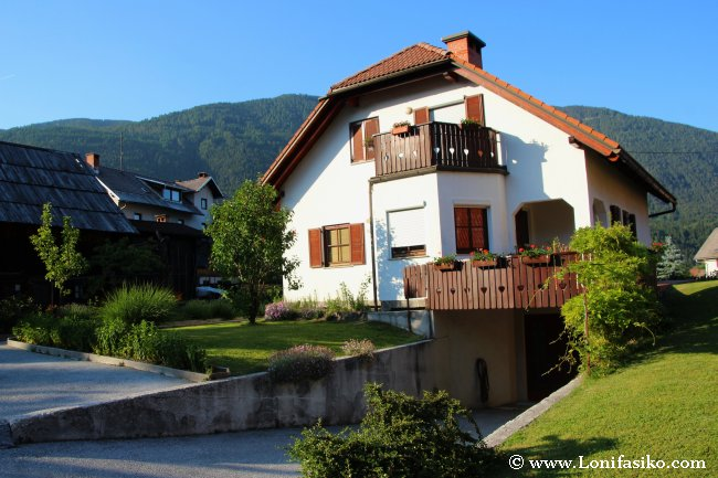 Casas pintorescas en la estación de esquí de Kranjska Gora