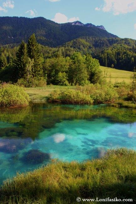 Los colores del agua y el paisaje que rodea al nacimiento del río Sava Dolinka