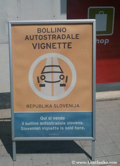 Cartel para comprar la famosa viñeta para circular por las carreteras de Eslovenia en coche