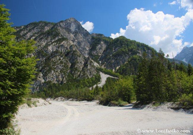 Cauce de río seco que hay que atravesar para iniciar la ruta de senderismo