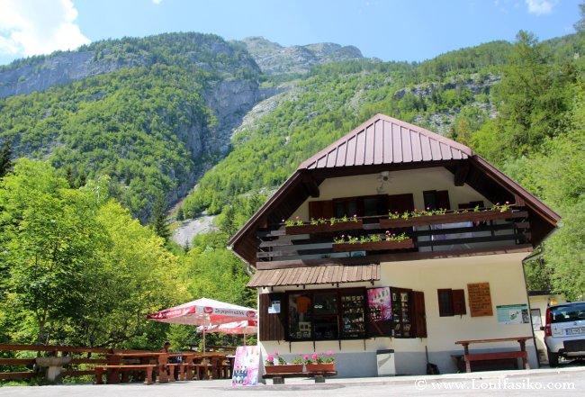 Cabaña bar-restaurante desde donde se accede al nacimiento del río Soča