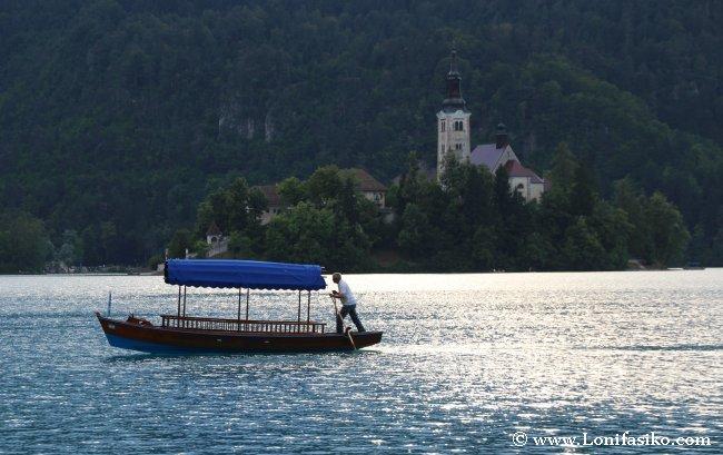 Góndola surcando las aguas frente a la famosa isla del lago Bled