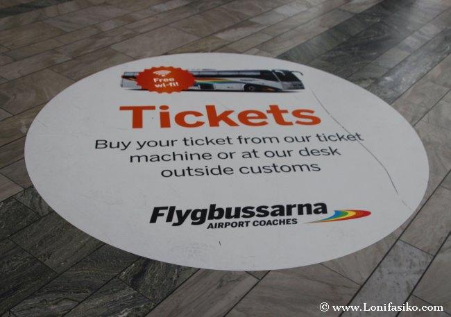 Mural informativo de Flygbussarna en el suelo del aeropuerto