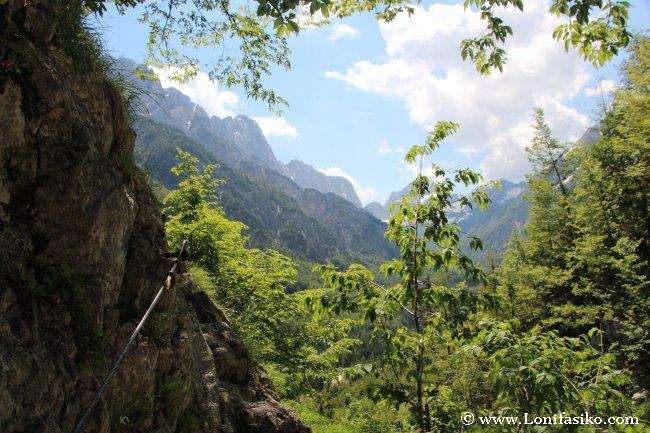 Paso delicado camino al nacimiento del río Soča