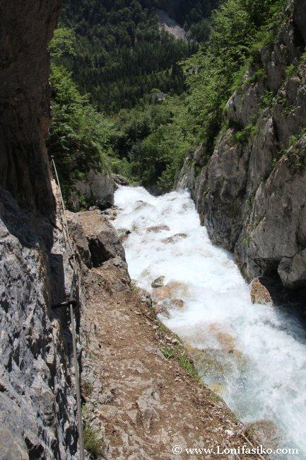 Tramo inicial del nacimiento del río Soča, previo a la cascada