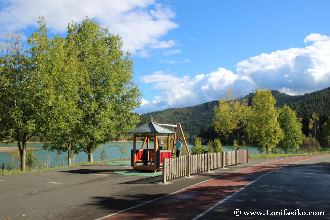 Mini parque infantil en el embalse de Urkulu