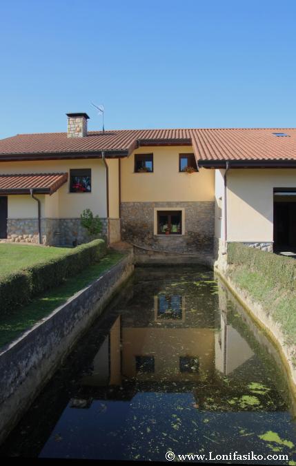 Canal de agua que se adentra en el molino de Errotabarri
