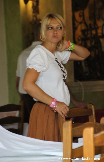 Camareros con atuendo autóctono rural en Gostilna Lectar