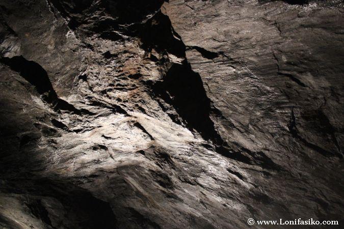 Sucesión de materiales y minerales en el interior de Arditurri