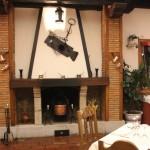 Comedor con decoración tradicional de caserío vasco del restaurante Aretxondo