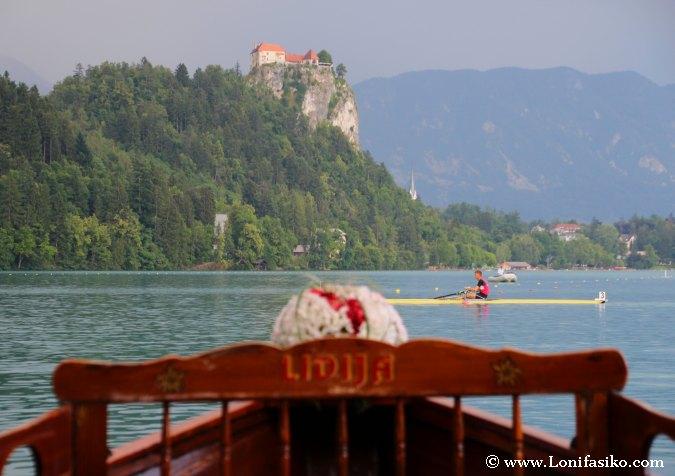 Castillo de Bled desde la orilla del lago Bled