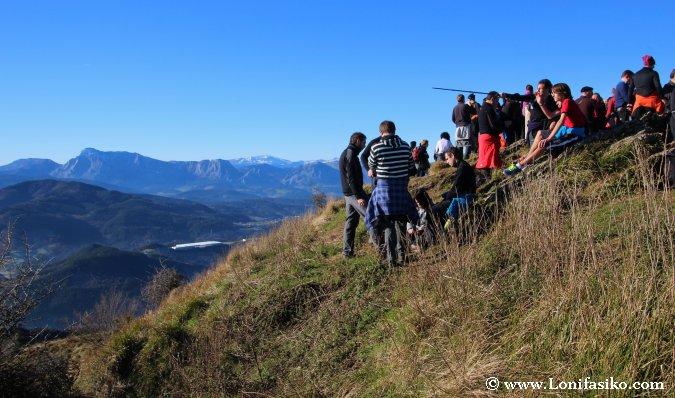 Afluencia de gente en la cima del monte Urko