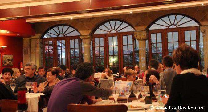 Comedor lleno en el restaurante Lasa