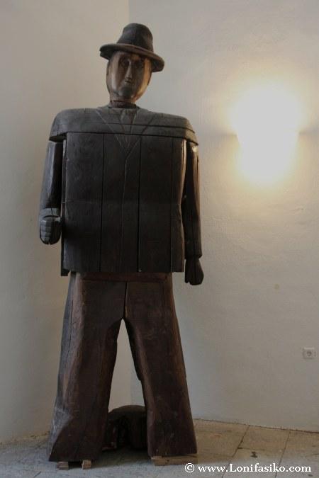 Hombre de madera en el museo etnográfico