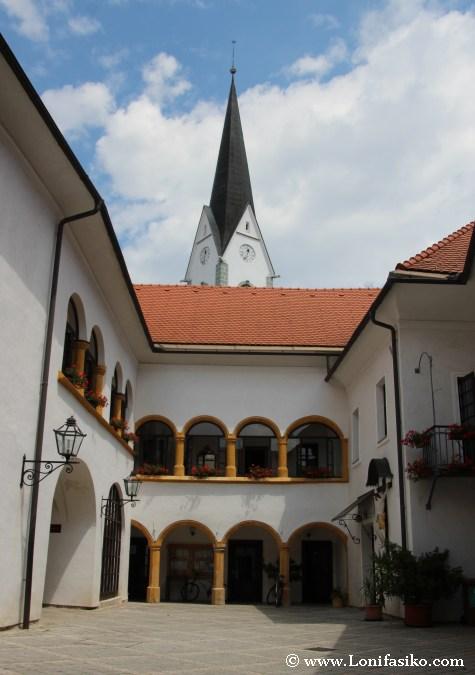 Patio gótico con arcos en la rectoría