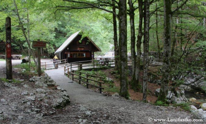 Cabaña de acceso y compra de entradas para visitar la cascada de Savica