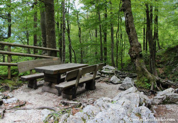 Merendero y mesas de madera en el camino de subida