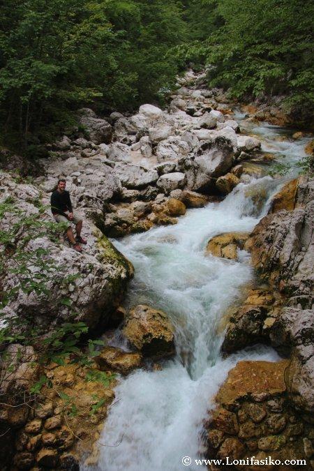 Río junto a la entrada y acceso a la cascada de Savica