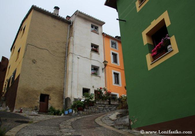 Casas de colores en calles de Sotres