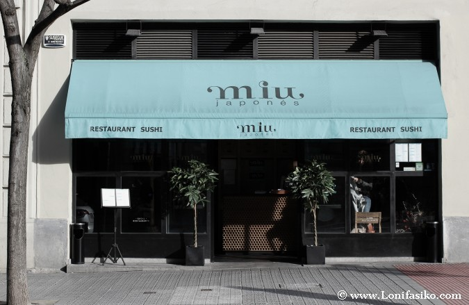 Entrada exterior al restaurante Miu japonés en Bilbao