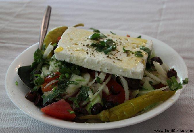 Ingredientes de una ensalada griega auténtica