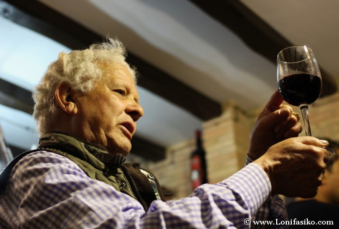 winelover mirando copa de vino