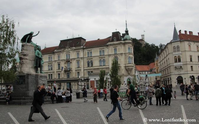 Plaza Prešernov, antesala del puente Triple
